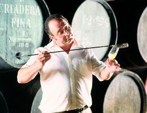vinos_jerez_sherry_wines_catando_con_venencia